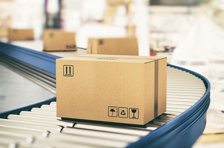 Versandverpackung auf einem Transportband